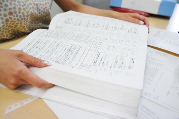 通関に必要な書類と関税を調べるための分厚い本(今はweb上でも確認可能)