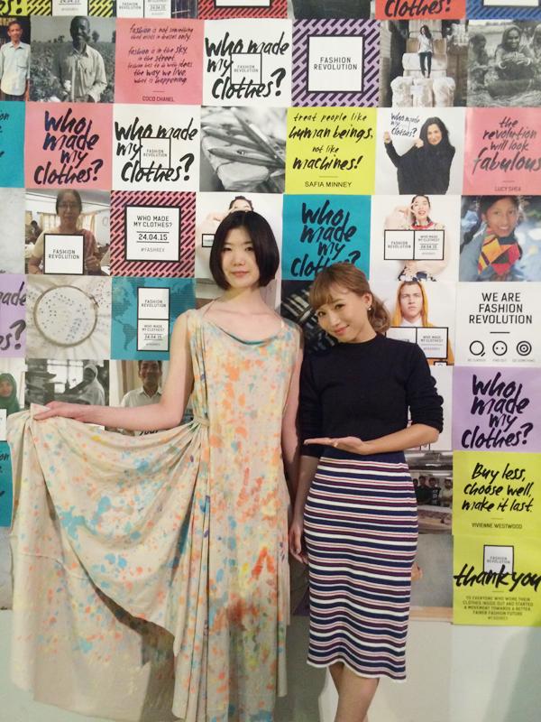 みんなでつくったドレスを身にまとうモデルの松下未奈さん(左)と、イベント観覧に参加したモデルの鎌田安里紗さん