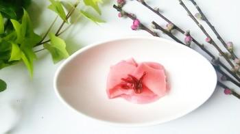 お花見にピッタリ!きれいな桜色のお漬物レシピ<br />大根のハイビスカス千枚漬け