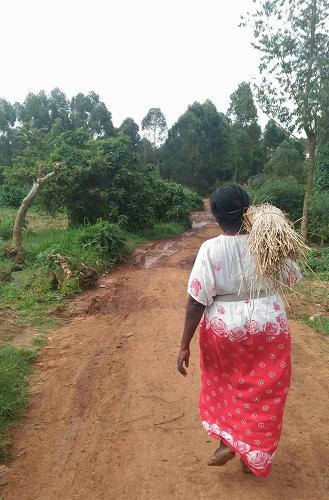 ブケドを運ぶ女性