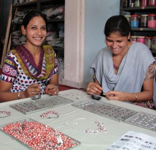 アクセサリーづくりの仕事をするタラ・プロジェクトの女性たち